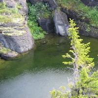 голубые озера среди серых камней.хибины